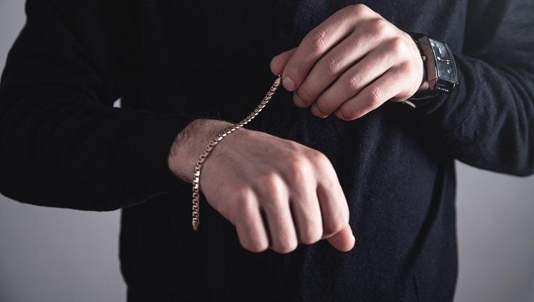 シンプルなメンズコーデの主役はゴールドで決まり。AZAの人気ブレスレット